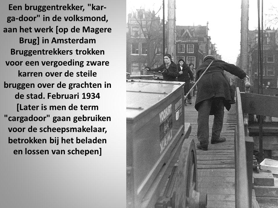Een bruggentrekker, kar-ga-door in de volksmond, aan het werk [op de Magere Brug] in Amsterdam Bruggentrekkers trokken voor een vergoeding zware karren over de steile bruggen over de grachten in de stad.